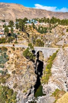 페루 치바이의 콜카 강을 가로지르는 잉카 다리