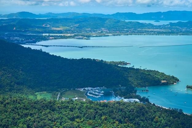 열대 섬의 놀라운 자연. 푸른 산과 완벽한 푸른 물. 지구상의 천국.