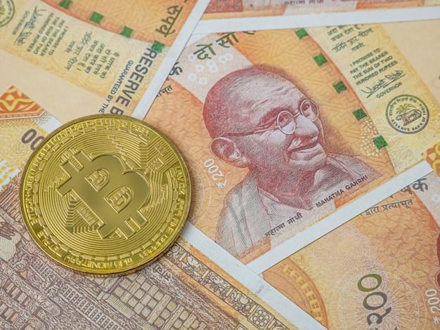 ビジネスコンテンツ用のインド紙幣とビットコイン。
