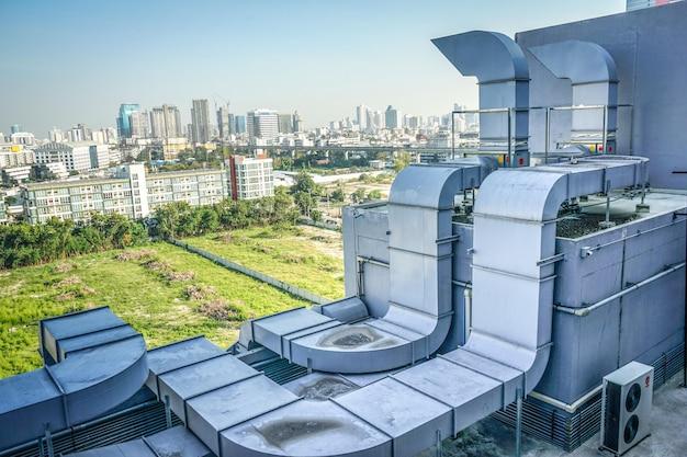Промышленная машина на крыше огромного здания.