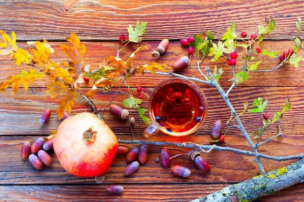 ドングリ、ザクロの間で木の板にサンザシの果実の注入