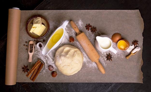 レーズンでカップケーキを焼くための材料。