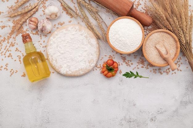 밀 귀, 밀가루와 밀 곡물 수제 피자 반죽의 재료는 흰색 콘크리트 배경에 설정합니다.