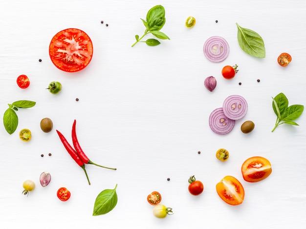 Ингредиенты для домашней пиццы на белом фоне деревянные.
