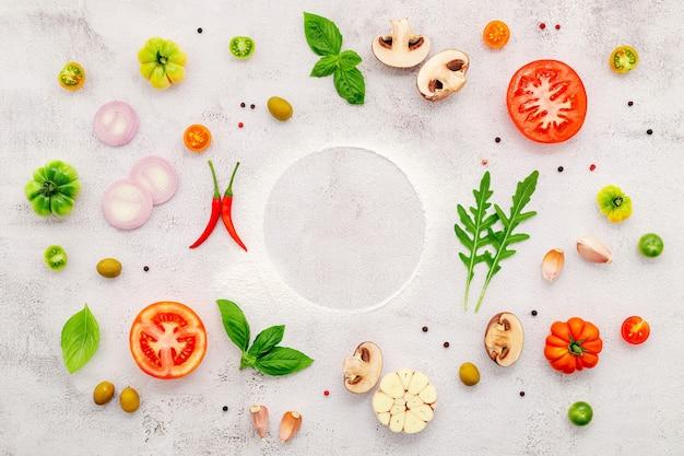수제 피자 재료는 흰색 콘크리트 배경에 설정합니다.