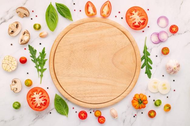 수제 피자 재료는 흰색 대리석 배경에 설정됩니다.