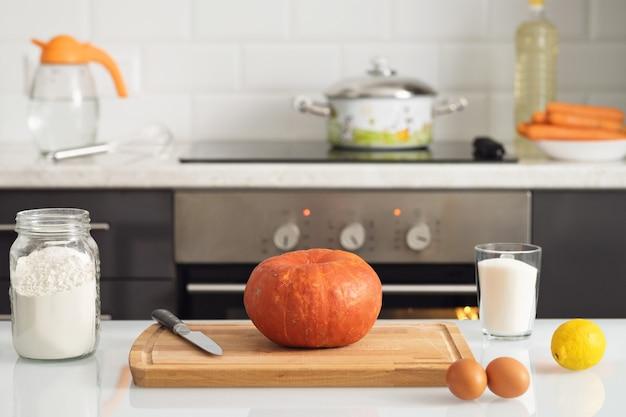 Ингредиенты для приготовления тыквенного пирога на кухонном столе.
