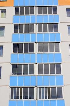 青い空を背景に生息する高層住宅