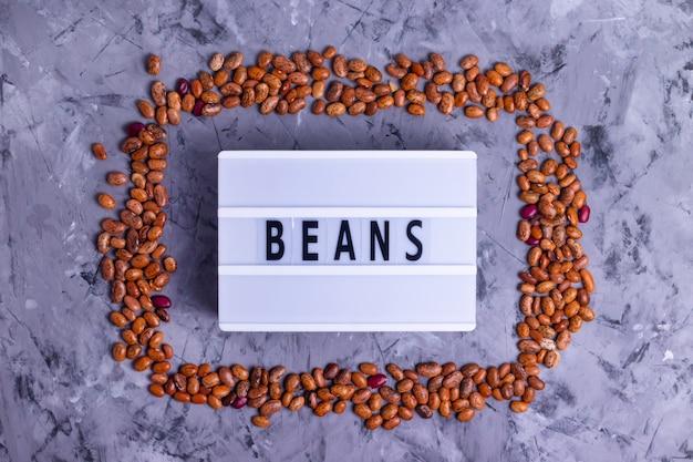 茶色の斑点生豆のフレームの碑文豆