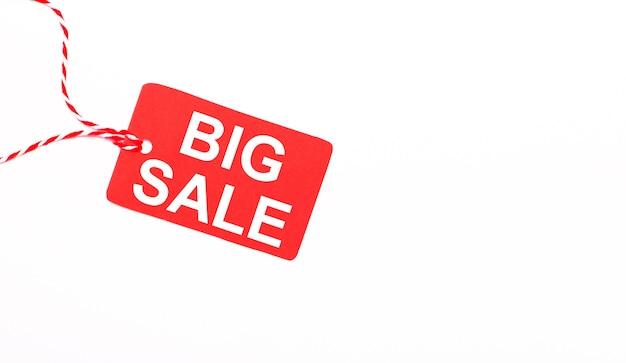 明るい背景の赤い値札の碑文ビッグセール。広告のコンセプト。コピースペース