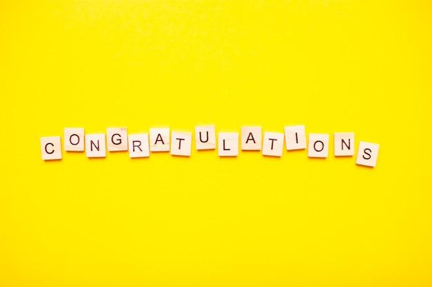 나무 블록으로 만든 비문 축하