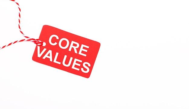 Надпись core values на красном ценнике на светлом фоне. рекламная концепция. копировать пространство