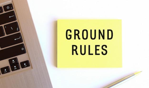 노트북 근처에있는 노란색 스티커 메모의 비문 ground rules