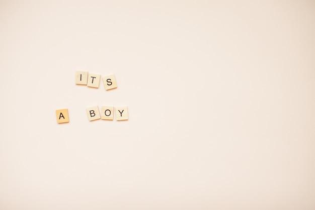 木製のブロックからの碑文「それは少年です」