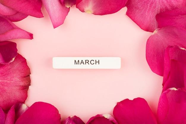 Надпись march в рамке из лепестков роз