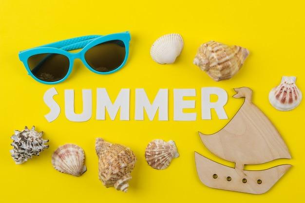 종이 흰색 글자와 조개의 비문 여름. 여름. 기분 전환. 휴가. 평면도
