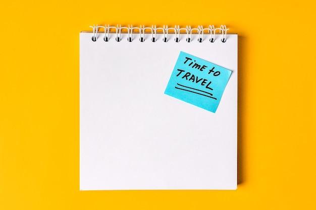 Надпись время поездки на пустой блокнот