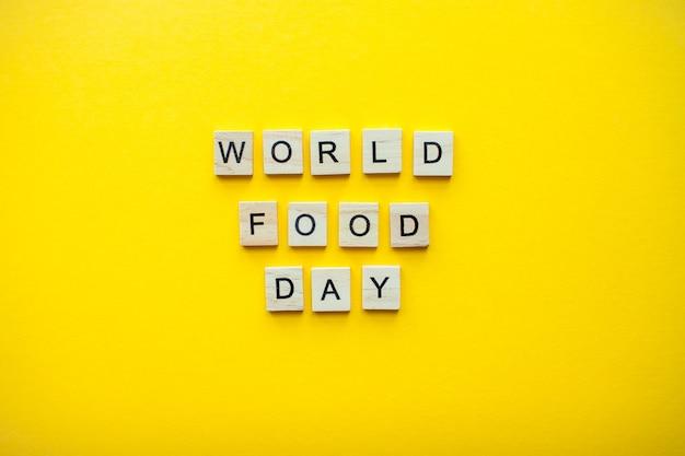 밝은 노란색 배경에 나무 블록에서 비문 세계 음식의 날