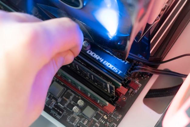 컴퓨터 메인보드의 ram ddr 메모리 카드에 삽입 플러그, 랜덤 액세스 메모리