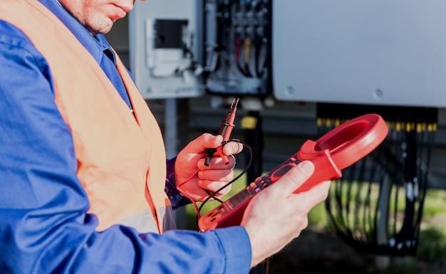 検査官はインバーターの実際の出力電圧レベルをチェックします