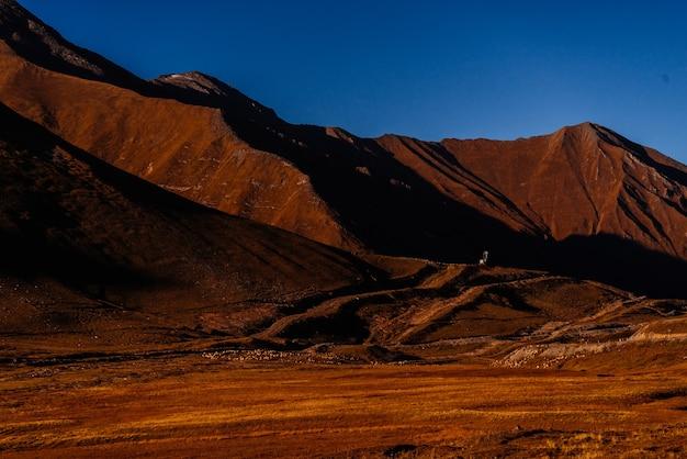 Вдохновляющая природа, высокие кавказские горы под голубым небом