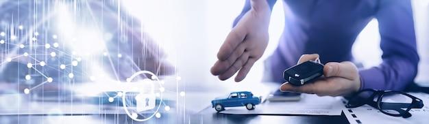 保険代理店は文書に署名します。自動車保険。自動車保険。契約登録フォーム。