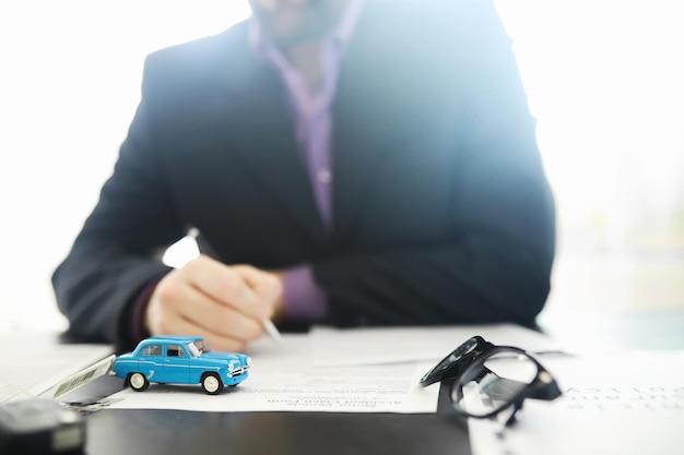 보험 대리인이 문서에 서명합니다. 자동차 보험 정책. 자동차 보험 정책. 계약 등록 양식.