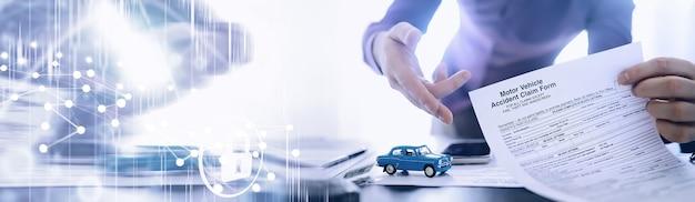 保険代理店が書類に署名自動車保険証券自動車保険証券