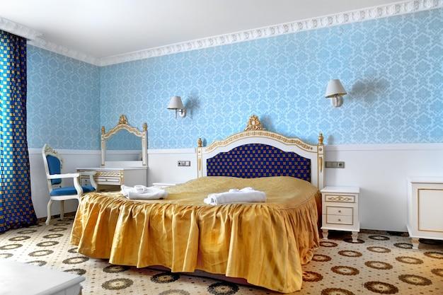 인테리어 디자인. 큰 현대 침실.