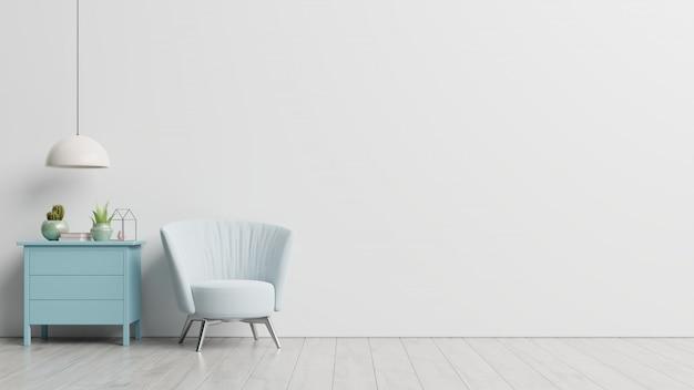 内部には、空の白い壁に肘掛け椅子があります
