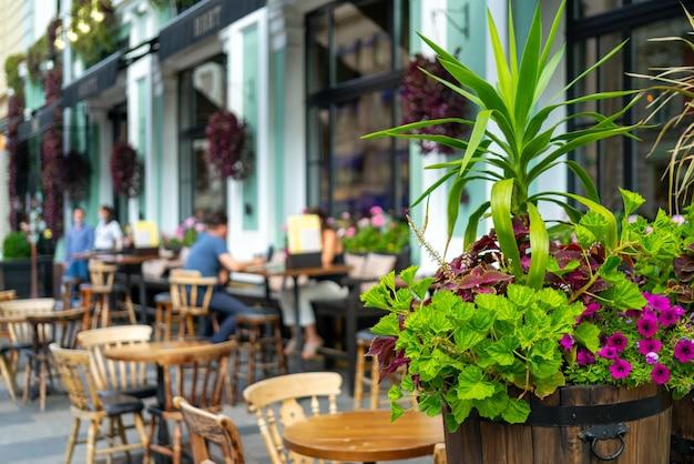 サマーストリートカフェのインテリア。街の明るい晴れた日。