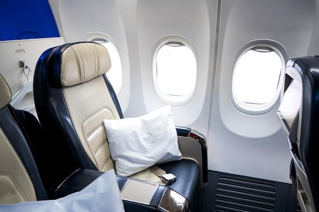 航空機のインテリア。空の飛行機のキャビン。ビジネスクラスの客室の乗客用シート