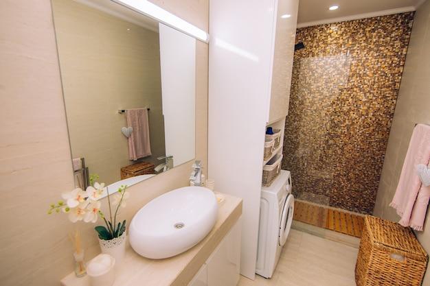 Интерьер ванной. дизайн интерьера. санузел в квартире или в гостинице. кабир душ, ванна, раковина, биде и туалет.