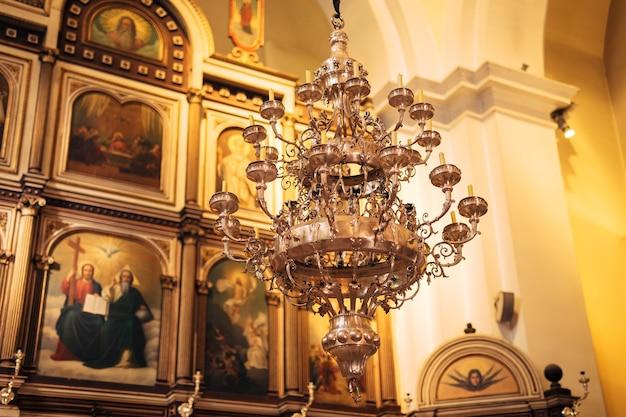 Интерьер церкви иконы люстра свечи в маленькой церкви