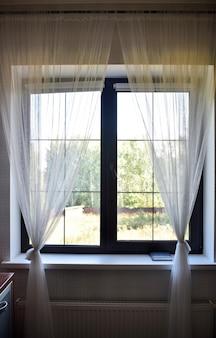 家のインテリア。庭を見下ろす窓