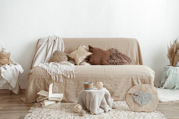 Интерьер гостиной с диваном и элементами декора.