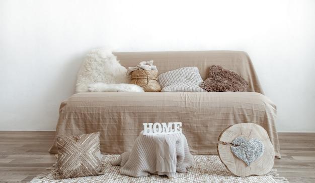 Интерьер гостиной с диваном и предметами декора