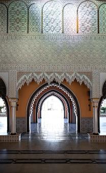 방의 내부는 많은 세부 사항이있는 전통적인 동양 스타일입니다.