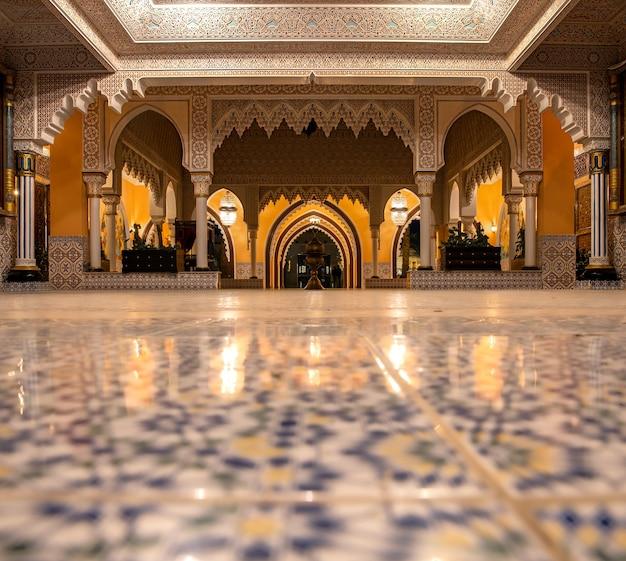 部屋のインテリアは伝統的なオリエンタルスタイルで、細部にまでこだわっています。 無料写真