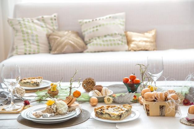 お祝いのイースターテーブルのある部屋のインテリア。