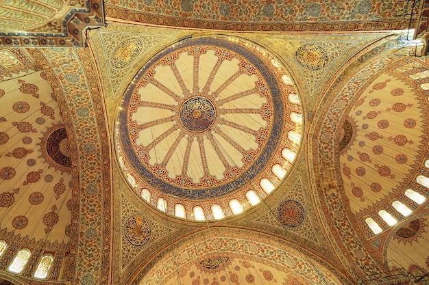 トルコ、イスタンブールのスルタンアフメドによって建てられたブルーモスク、スルタンアフメットモスクのドームの内部ビュー
