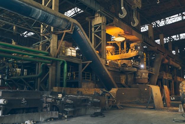 버려진 철강 공장의 내부 장비
