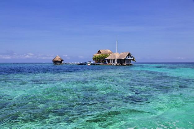 カリブ海のロザリオ自然保護区の島は、コロンビアのカルタヘナに近い