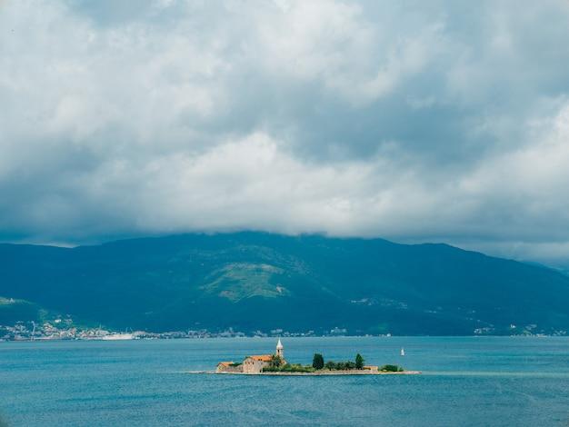 티밧 코 토르 베이 근처의 섬