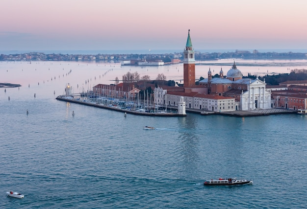 Остров сан-джорджо маджоре и бенедиктинская церковь (построена между 1566 и 1610 годами, архитектор андреа палладио). вид на закат города венеция (италия).