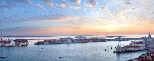 산 조르지오 마조 레 섬. 베니스 시티 (이탈리아) 그림 같은 일몰보기. 세븐 샷 파노라마. 인식 할 수없는 모든 사람들