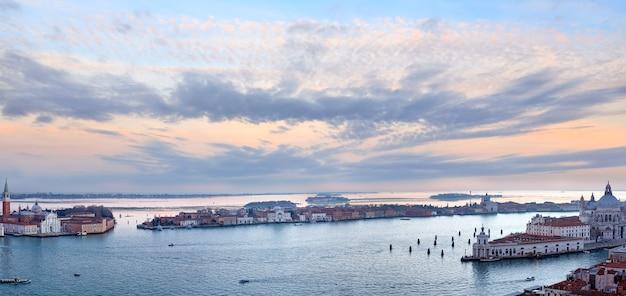 산 조르지오 마조 레 섬. 핑크 그림 같은 하늘 베니스시 이탈리아 일몰보기