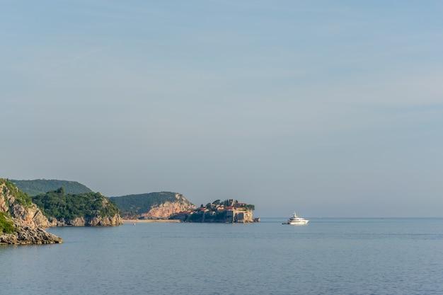 アドリア海の地平線上にある聖ステファン島。