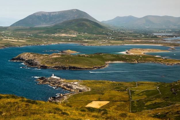 아일랜드 서쪽에있는 발렌티 아 섬 (게일 릭 다이어 브레에 있음). 이베 라 반도 (케리 카운티). portmagee에 위치한 다리. 페리 나이츠 타운