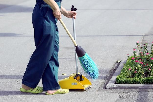 빗자루 거리를 청소하는 청소부. 도시 노동자 직업
